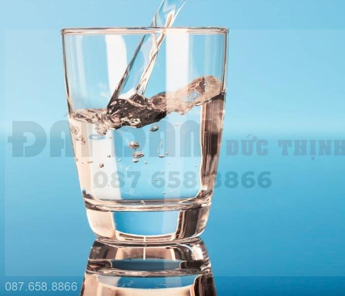 Đảm bảo uống đủ 2 lít nước và uống từ từ từng ngụm nhỏ, không uống nước nhiều vào buổi tới