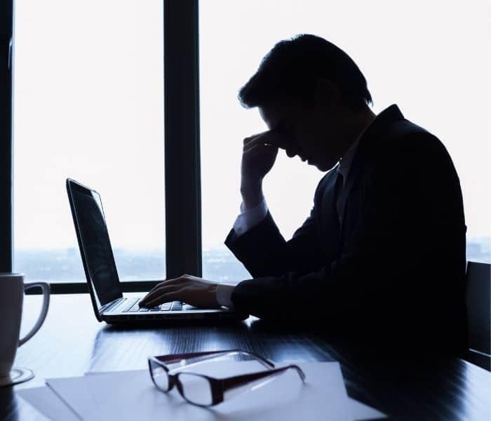 Căng tức bàng quang, bí tiểu khiến người bệnh bứt rứt khó chịu, mất tập trung làm việc