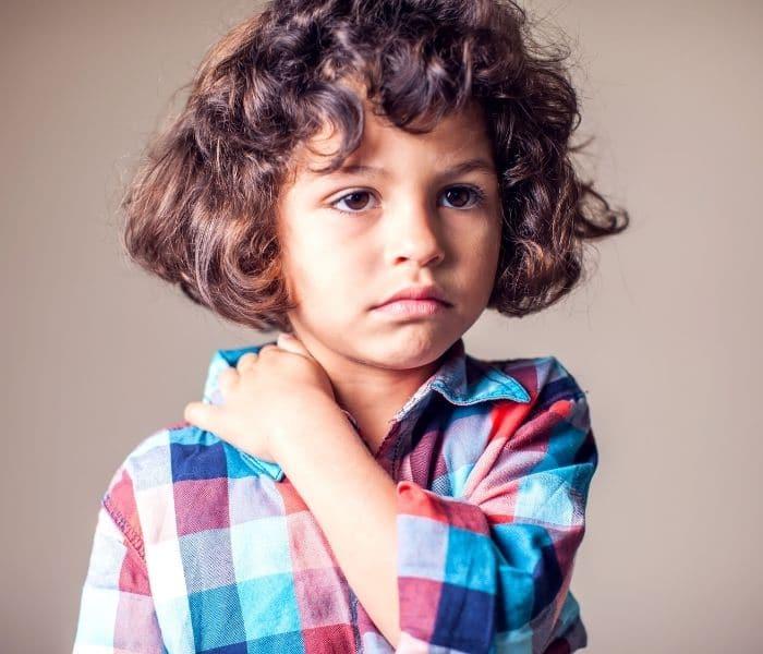 Khi trẻ bị bí tiểu có đi kèm triệu chứng bứt rứt, khó chịu, đau tức bụng, đi tiểu nhiều lần mà ít nước tiểu