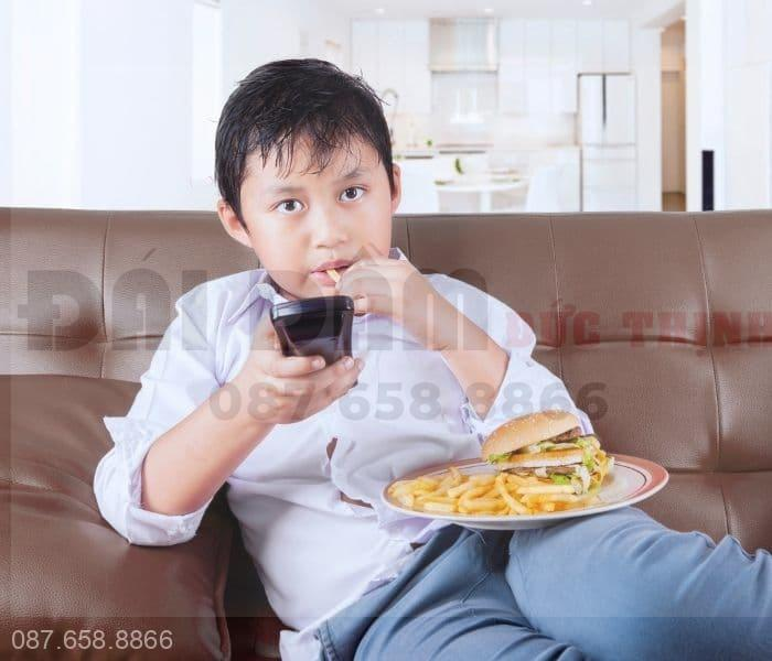 Uống quá ít nước, ăn nhiều đồ ăn nhanh, ít vận động là nguyên nhân gây ra bí tiểu