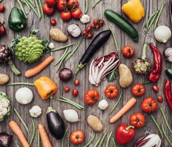 Bổ sung trái cây, rau xanh vào chế độ ăn của trẻ để tránh táo bón