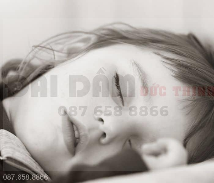 Khi trẻ ngủ sâu giấc hormone chống lợi niệu không sản xuất đủ dẫn tới đái dầm