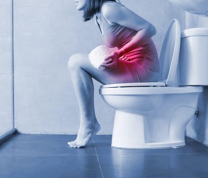 Táo bón lâu ngày có thể là nguyên nhân dẫn tới khó tiểu ở nữ giới