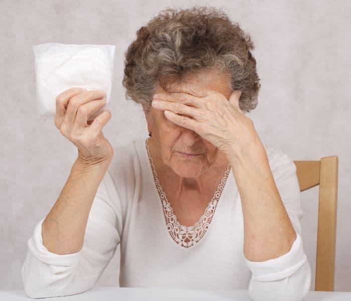 Càng có tuổi thì bàng quang, các cơ bàng quang lão hóa dẫn tới tình trạng không có cảm giác buồn tiểu
