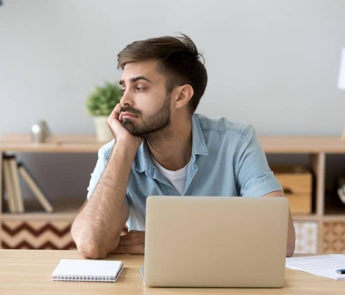 Lo lắng, bất an, lo sợ nước tiểu có thể rò rỉ dù không có cảm giác buồn tiểu làm mất tập trung trong công việc