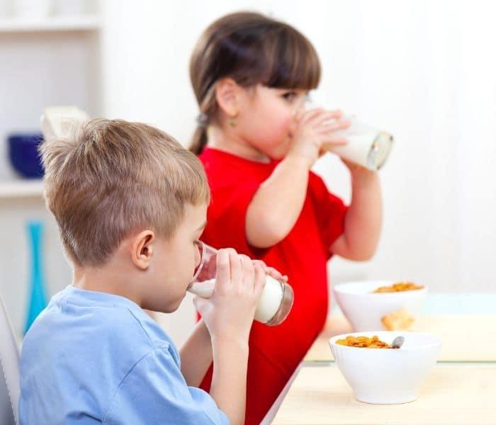 Uống nhiều nước, sữa hoặc ăn nhiều cháo khiến trẻ đi tiểu lắt nhắt nhiều lần trong ngày