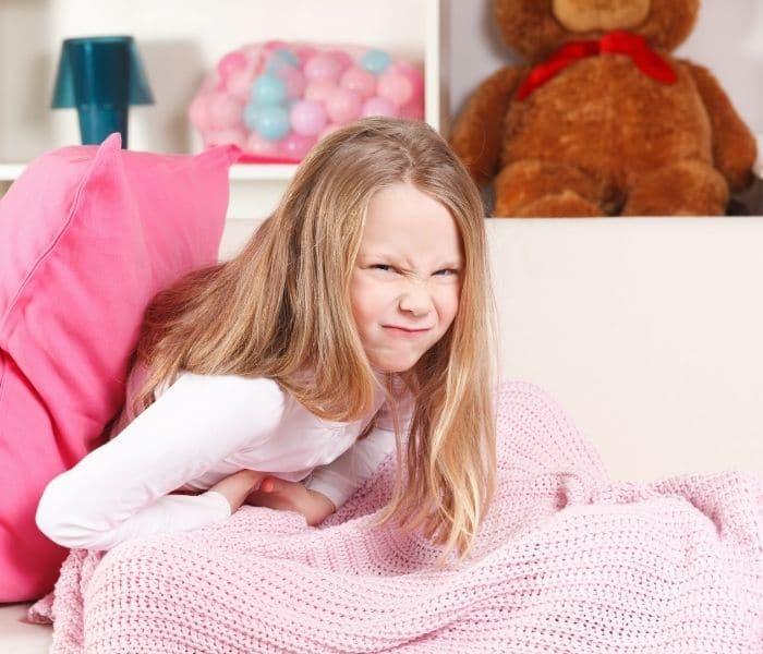 Bé gái là đối tượng dễ mắc nhiễm trùng đường tiểu, gây ra tiểu lắt nhắt, tiểu buốt, đau bụng
