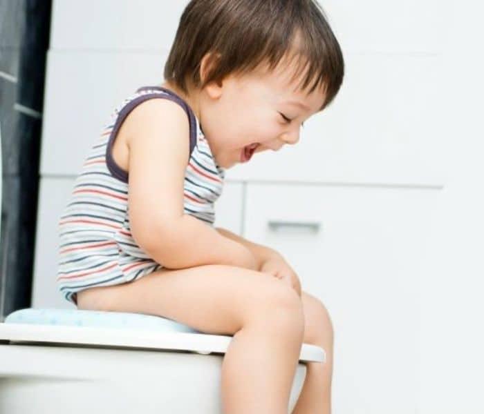 Táo bón lâu ngày có thể đè ép vào bàng quang khiến trẻ thường xuyên buồn tiểu, đi tiểu lắt nhắt