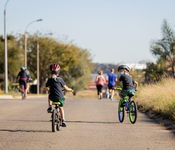 Khuyến khích trẻ tập luyện thể dục như đi bộ, đạp xe tăng cường sức khỏe