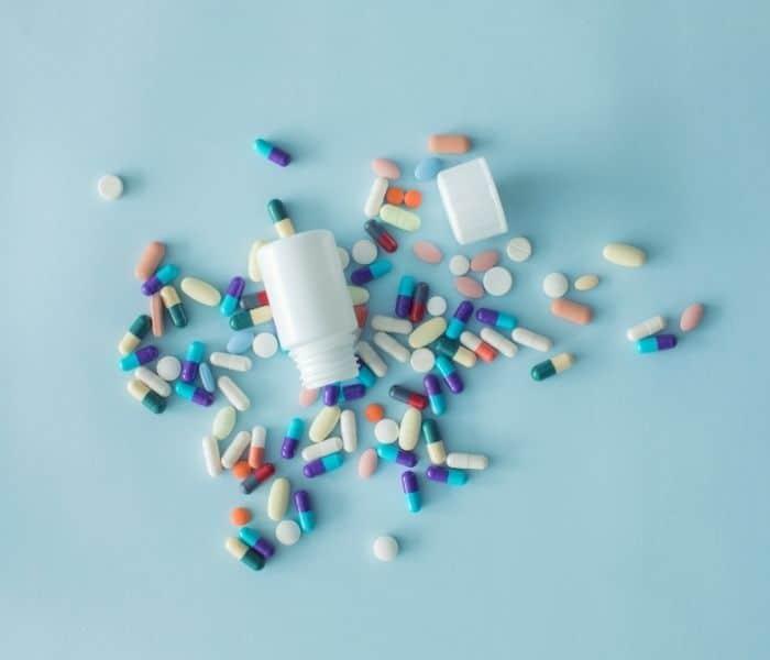 Tiểu buốt ở phụ nữ do bệnh lý thì chị em cần dùng thuốc để điều trị bênh lý đó