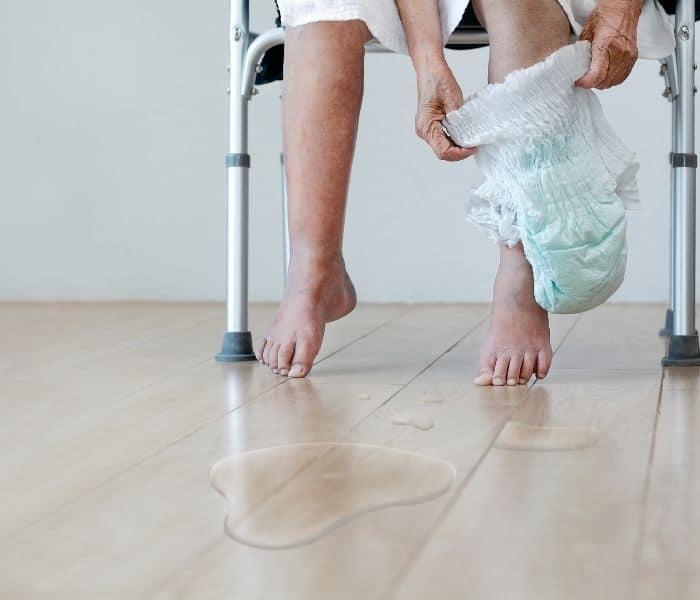 Són tiểu có thể là một lượng ít nước tiểu khi ho hoặc nhiều bất kể lúc nào