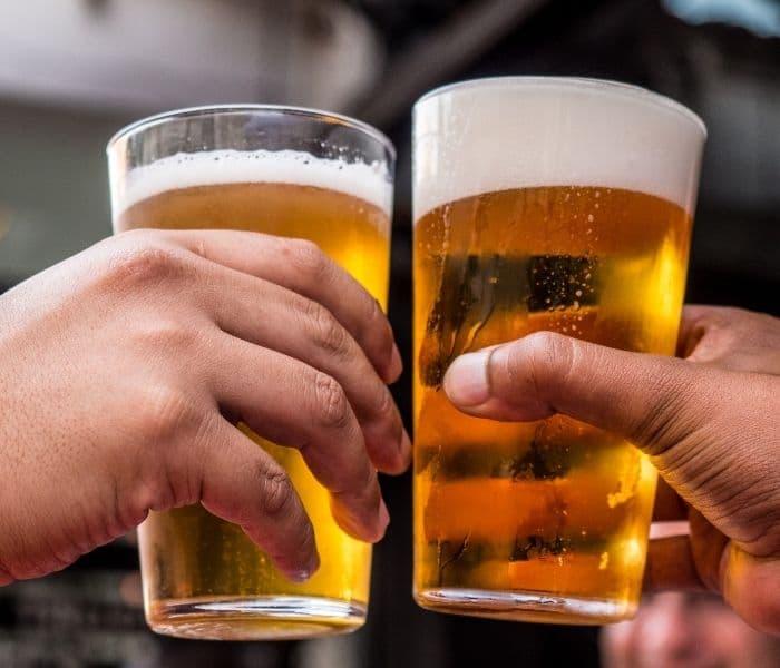 Lạm dụng rượu, bia, thuốc lá, chất kích thích làm tăng nguy cơ són tiểu khi ho và hắt hơi ở nam giới