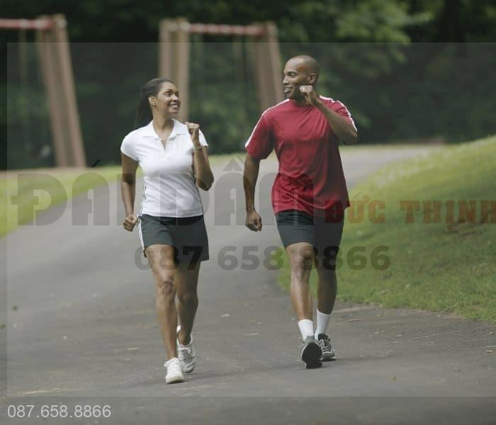Tập thể dục nhẹ nhàng như đi bộ, chạy bộ, bơi lội giúp tăng cường sức khỏe tổng thể