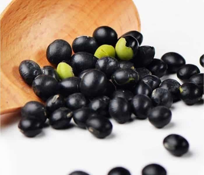 Đậu đen xanh lòng có vị ngọt mát, tác dụng thanh nhiệt, bổ can thận, bồi bổ khí huyết, chữa can thận hư yếu