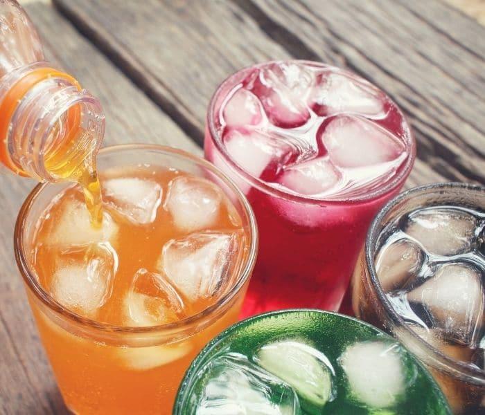 Thường xuyên uống nước ngọt, đồ uống có gas có thể là nguyên nhân gây ra són tiểu ở trẻ