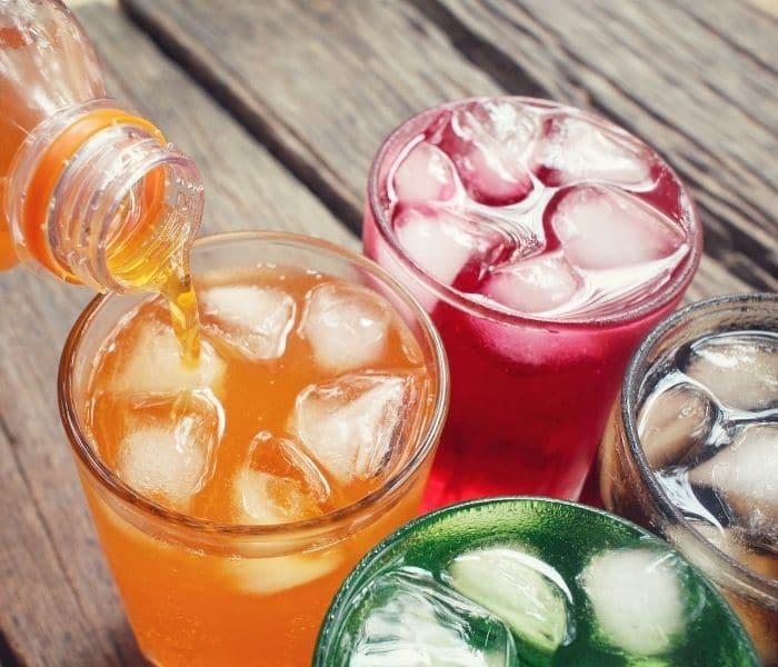 Uống nhiều nước, nước ngọt, soda trước khi đi ngủ khiến trẻ đái dầm