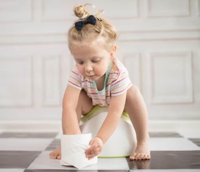 Nhắc trẻ đi tiểu đúng giờ, tiểu trước khi đi ngủ, uống ít nước vào buổi tối để hạn chế đái dầm