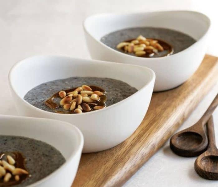 Cháo mè đen gạo lứt có vị ngọt, tính bình, không độc, có tác dụng bổ can thận, chữa suy nhược cơ thể, thận yếu