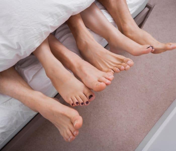 Quan hệ tình dục không an toàn, nhiều bạn tình dễ lây nhiễm bệnh xã hội dẫn đến tiểu buốt