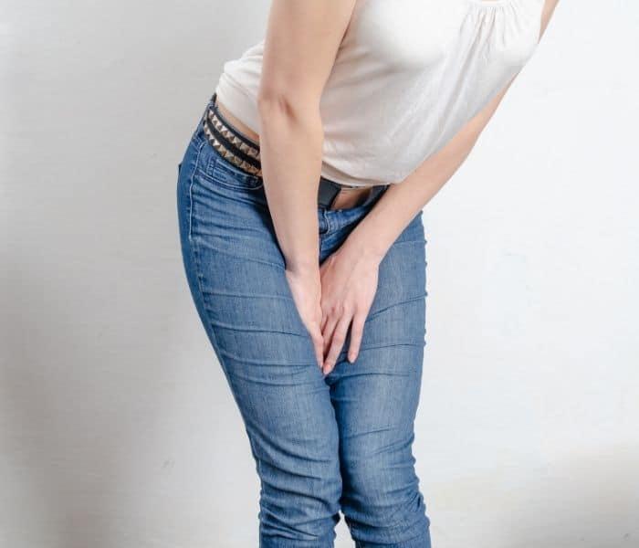 Đi tiểu bị buốt ở nữ giới là tình trạng đi tiểu bị ê buốt, đau rát, nóng buốt vùng kín