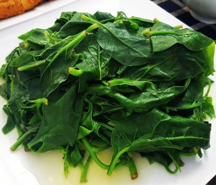Thực hiện bài thuốc uống nước rau mồng tơi luộc và ăn cái trong 7 ngày để cải thiện tiểu buốt