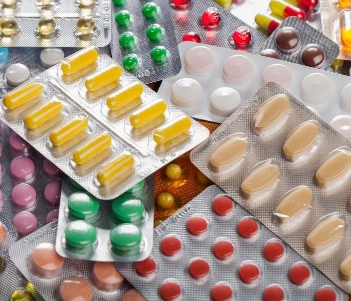 Mẹ bầu không được tự ý mua thuốc uống mà cần sử dụng theo đúng liều lượng và liệu trình hướng dẫn của bác sĩ