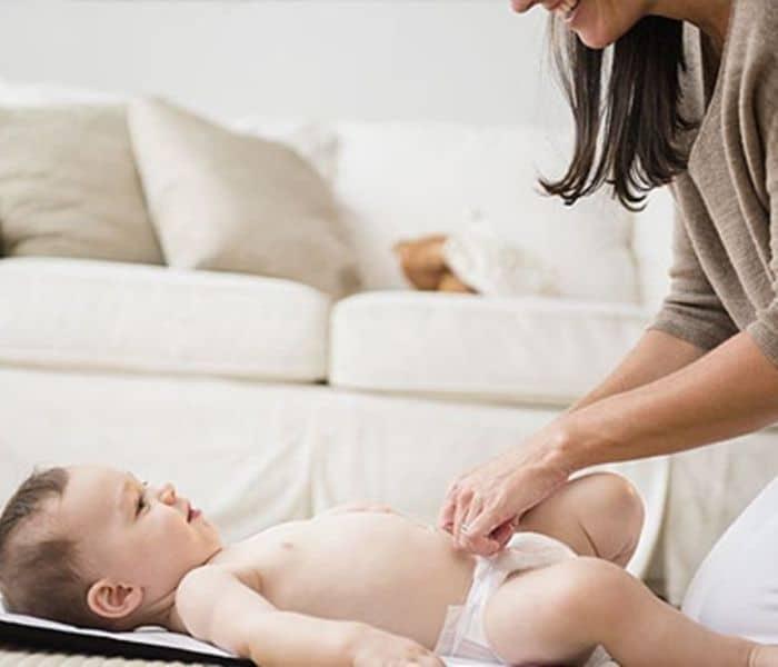 Vệ sinh vùng kín cho trẻ không đúng cách hoặc đóng bỉm thường xuyên có thể là nguyên nhân dẫn tới tiểu buốt